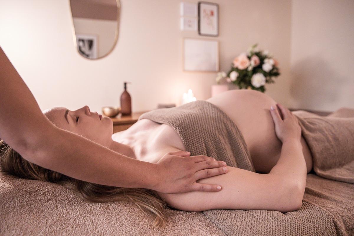 Femme enceinte se faisant masser